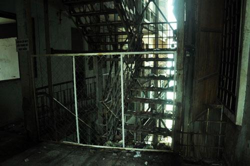 Cuộc sống lay lắt của 10 hộ dân ở chung cư hoang tàn nhất SG - 22