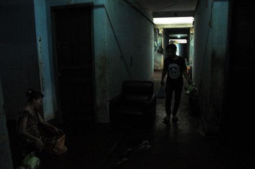 Cuộc sống lay lắt của 10 hộ dân ở chung cư hoang tàn nhất SG - 23
