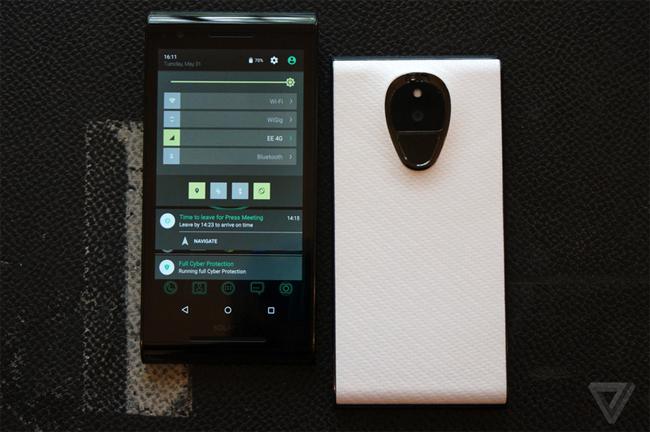 Chiếc smartphone này có tên gọi chính thức là Solarin và trang bị màn hình 5,5 inch. Tuy nhiên, mức giá lên tới 14.000 USD (tương đương 313 triệu đồng) bằng với giá 1 chiếc ô tô khiến nhiều người tò mò.