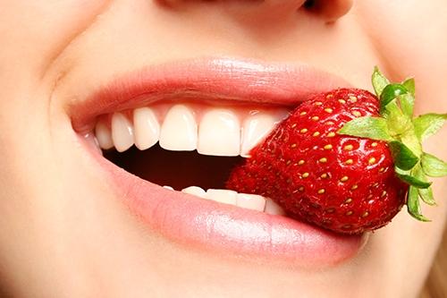 Tẩy trắng răng bằng thực phẩm có sẵn trong nhà - 2