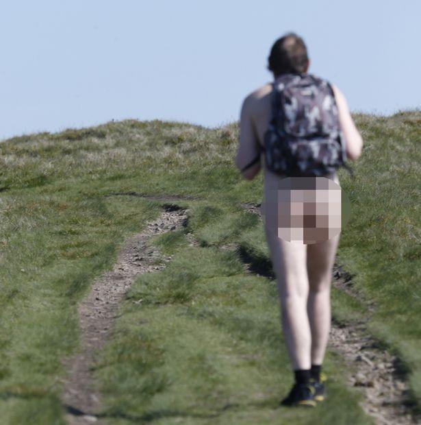Người đàn ông bí ẩn khỏa thân leo núi ở Anh - 2