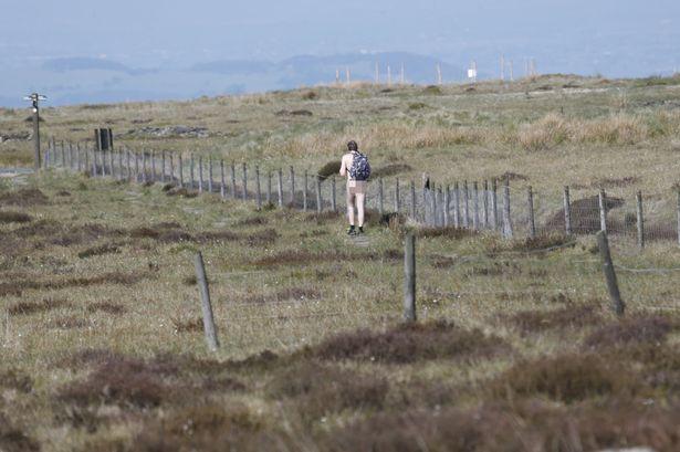 Người đàn ông bí ẩn khỏa thân leo núi ở Anh - 1
