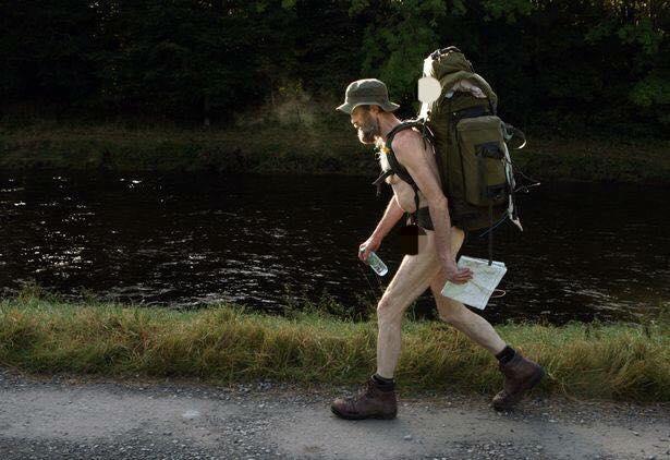 Người đàn ông bí ẩn khỏa thân leo núi ở Anh - 4
