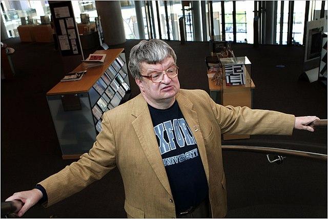 Nhớ từng chữ 12.000 cuốn sách dù không biết cài cúc áo - 1