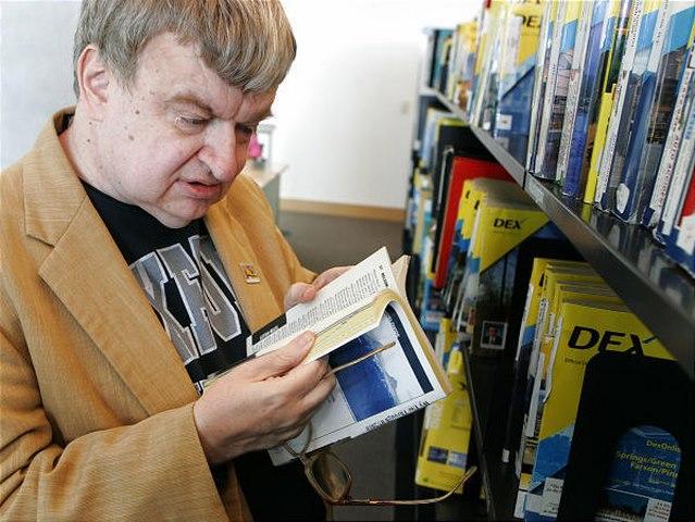 Nhớ từng chữ 12.000 cuốn sách dù không biết cài cúc áo - 4