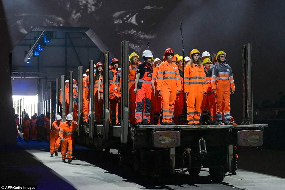 Kì quái lễ khai trương đường hầm tàu hỏa dài nhất TG - 2