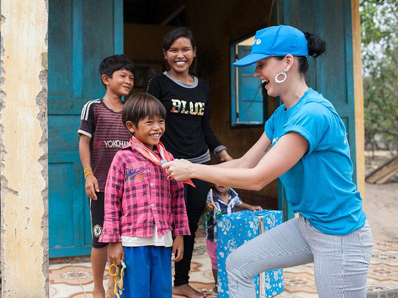 Katy Perry đau lòng sau chuyến từ thiện tại Việt Nam - 1