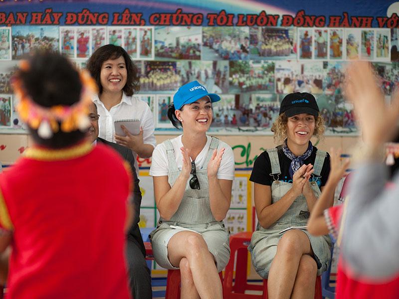 Katy Perry đau lòng sau chuyến từ thiện tại Việt Nam - 3