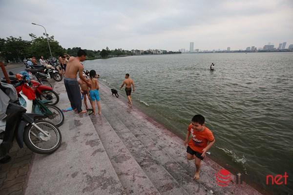 """Nắng nóng gay gắt, người HN """"tắm biển"""" giữa thành phố - 2"""