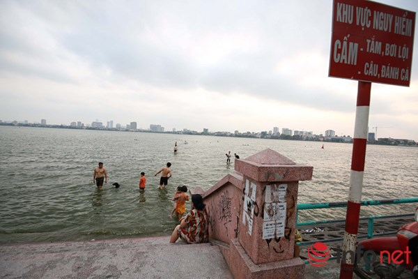 """Nắng nóng gay gắt, người HN """"tắm biển"""" giữa thành phố - 6"""