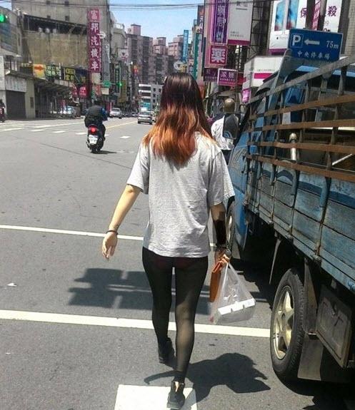 TQ: Cô gái mặc quần tất xuyên thấu vô tư dạo phố - 2