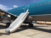 Tin tức trong ngày - Khách mở cửa thoát hiểm máy bay VNA, bung phao cứu sinh