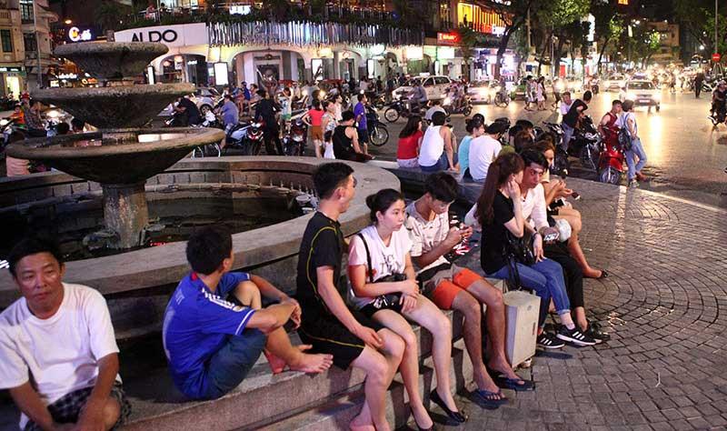 Người Thủ đô ra vỉa hè ngủ giữa đêm hè nóng 40 độ C - 1