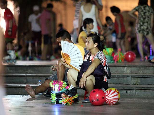 Người Thủ đô ra vỉa hè ngủ giữa đêm hè nóng 40 độ C - 3