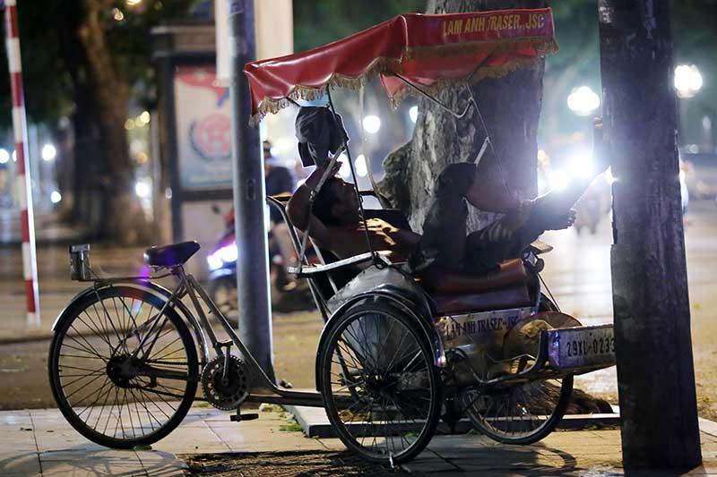 Người Thủ đô ra vỉa hè ngủ giữa đêm hè nóng 40 độ C - 10