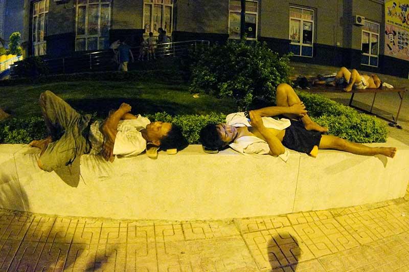 Người Thủ đô ra vỉa hè ngủ giữa đêm hè nóng 40 độ C - 11