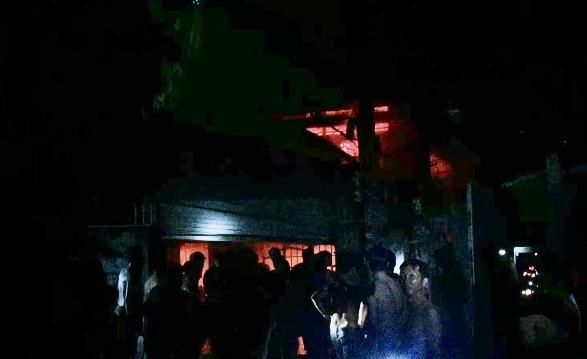 TPHCM: Cứu hai cụ già 70 tuổi khỏi biển lửa trong đêm - 1