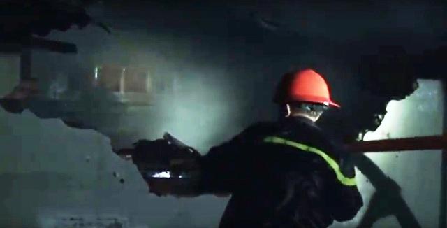 TPHCM: Cứu hai cụ già 70 tuổi khỏi biển lửa trong đêm - 2