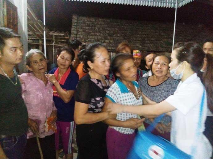 Trắng đêm đón thi thể người thân sau vụ nổ xe khách Lào - 1