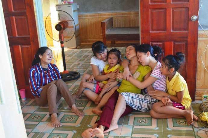 Trắng đêm đón thi thể người thân sau vụ nổ xe khách Lào - 3