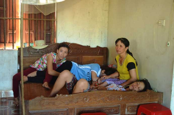 Nổ xe khách ở Lào - Mẹ già, vợ trẻ chờ các anh về gặt lúa - 1