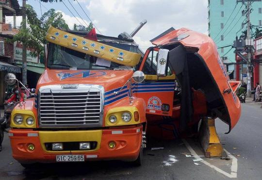 Cuộn thép nặng hàng chục tấn đè nát cabin xe container - 2