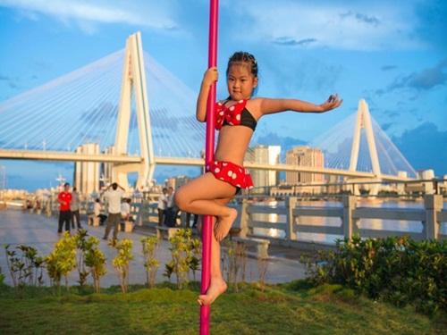 Bé gái 5 tuổi diện bikini múa cột gây tranh cãi - 1