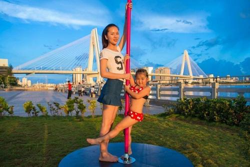 Bé gái 5 tuổi diện bikini múa cột gây tranh cãi - 3