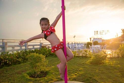 Bé gái 5 tuổi diện bikini múa cột gây tranh cãi - 4