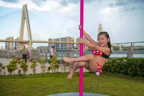 Bé gái 5 tuổi diện bikini múa cột gây tranh cãi - 5