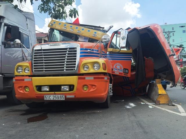 """Né xe máy """"cắt mặt"""", tài xế container suýt bị đè chết - 1"""