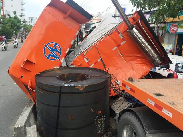 """Né xe máy """"cắt mặt"""", tài xế container suýt bị đè chết - 2"""