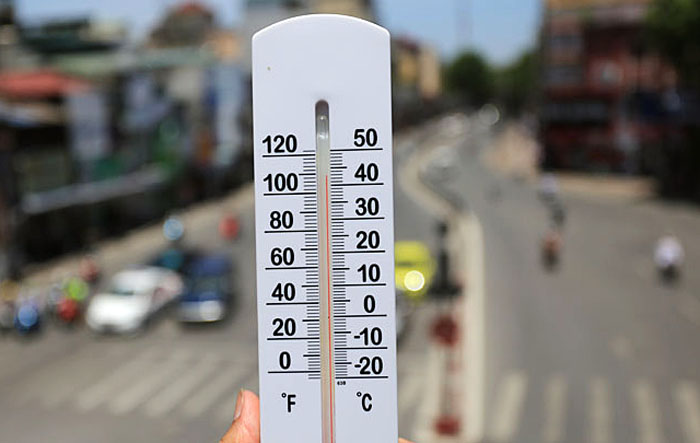 Hà Nội: Cầu đi bộ chảy nhựa vì nắng nóng - 3