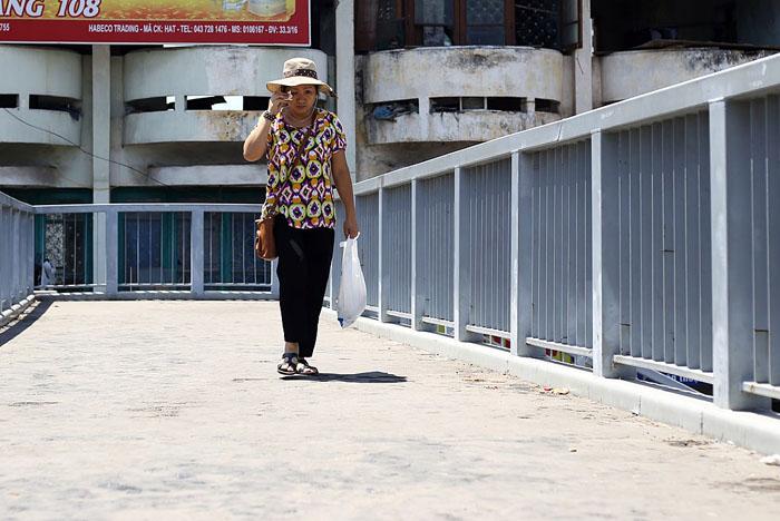 Hà Nội: Cầu đi bộ chảy nhựa vì nắng nóng - 4