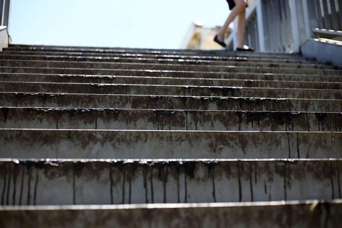 Hà Nội: Cầu đi bộ chảy nhựa vì nắng nóng - 1