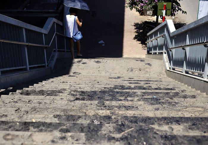Hà Nội: Cầu đi bộ chảy nhựa vì nắng nóng - 5