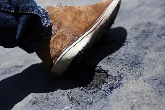 Hà Nội: Cầu đi bộ chảy nhựa vì nắng nóng - 6