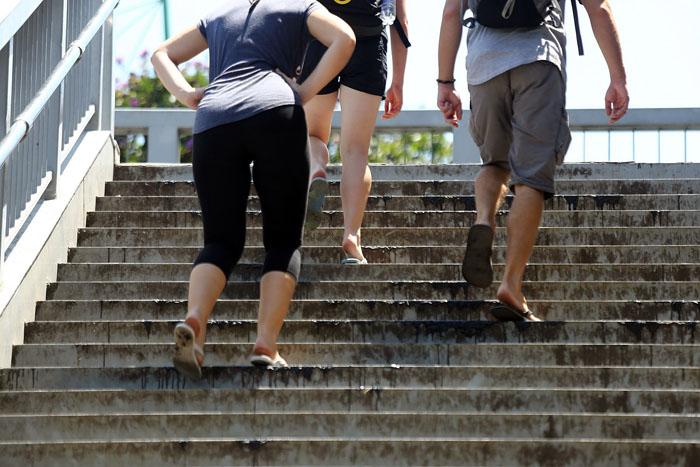Hà Nội: Cầu đi bộ chảy nhựa vì nắng nóng - 8