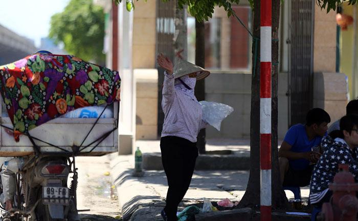 Hà Nội: Cầu đi bộ chảy nhựa vì nắng nóng - 10