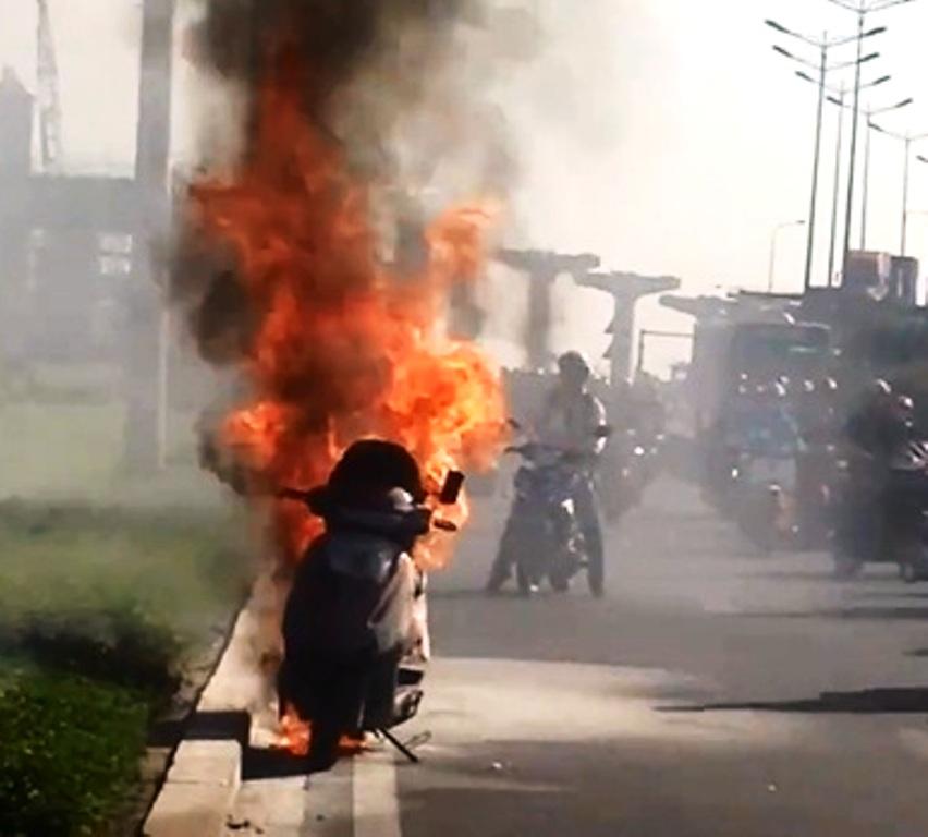 TPHCM: Xe máy bùng cháy, nữ chủ nhân hốt hoảng kêu cứu - 1