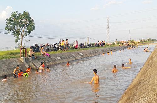 HN nắng 40 độ, kênh thủy lợi thành bể bơi công cộng - 1