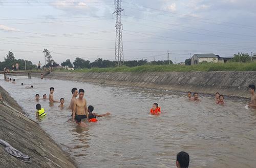 HN nắng 40 độ, kênh thủy lợi thành bể bơi công cộng - 2