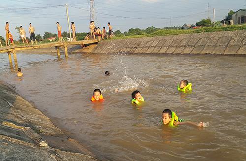 HN nắng 40 độ, kênh thủy lợi thành bể bơi công cộng - 3