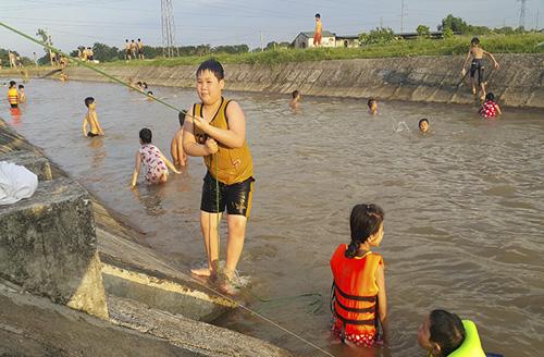 HN nắng 40 độ, kênh thủy lợi thành bể bơi công cộng - 5