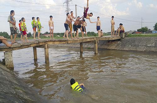 HN nắng 40 độ, kênh thủy lợi thành bể bơi công cộng - 6