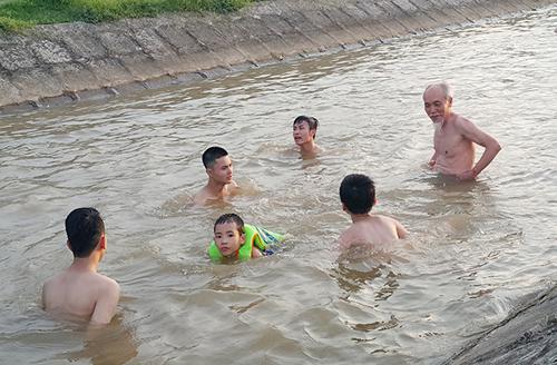 HN nắng 40 độ, kênh thủy lợi thành bể bơi công cộng - 8
