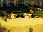 Tin tức trong ngày - Người Thủ đô ra vỉa hè ngủ giữa đêm hè nóng 40 độ C