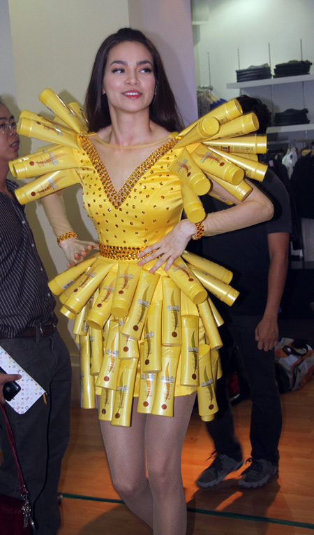 Váy làm từ 4000 khoen nắp lon bia bán 32 triệu đồng - 10