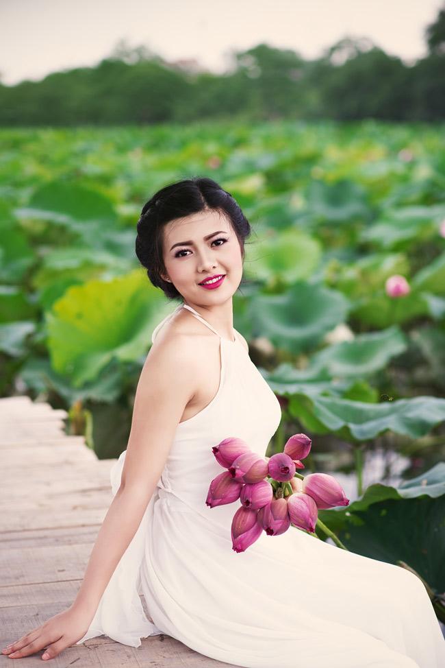 Đỗ Minh Thư, cô gái 19 tuổi, hiện đang là sinh viên năm nhất trường ĐH Sư phạm Hà Nội cũng tìm đến sen để khoe vẻ đẹp xuân thì của mình.