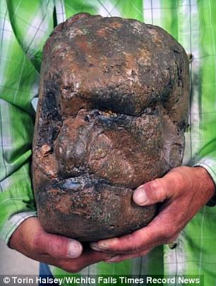 Hòn đá hình sọ người khổng lồ gây tranh cãi ở Mỹ - 2